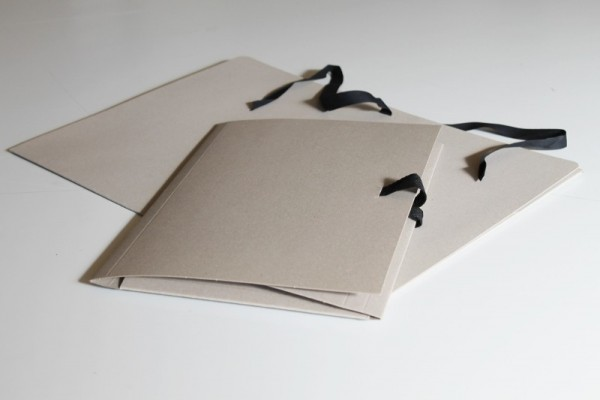 Vang Vang Zeichenmappe mit Band grau